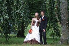 El retrato de la novia y del novio en verano parquea Imágenes de archivo libres de regalías