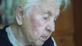 El retrato de la vieja abuela sola cansada arrugada que mira y dice en la cámara metrajes