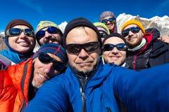 El retrato de los escaladores de montaña combina feliz de alcanzar la cumbre Imagen de archivo libre de regalías