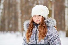 El retrato de medio cuerpo de la muchacha se vistió en chaqueta con el cuello de la piel Fotografía de archivo