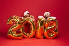 El retrato de muchachas alegres sonrientes en la Navidad se viste Foto de archivo libre de regalías