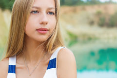El retrato de muchachas atractivas hermosas con los labios llenos y el pelo rubio se coloca cerca del lago Imagenes de archivo