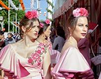El retrato de mujeres atractivas se vistió en trajes tradicionales en el ` s April Fair de Sevilla imagen de archivo