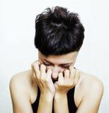 El retrato de parecer adolescente de la chica joven malo como drogadicto en el fondo blanco, social publica concepto Imagen de archivo libre de regalías