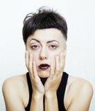 El retrato de parecer adolescente de la chica joven malo como el drogadicto aislado en el fondo blanco, social publica concepto Foto de archivo