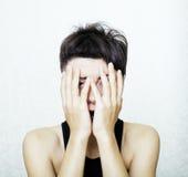 El retrato de parecer adolescente de la chica joven malo como el drogadicto, social publica concepto Foto de archivo