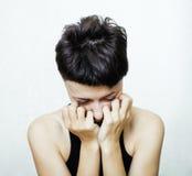 El retrato de parecer adolescente de la chica joven malo como el drogadicto, social publica concepto Fotografía de archivo