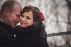 El retrato de pares cariñosos, la muchacha mira en una lente, el individuo ríe Fotografía de archivo libre de regalías