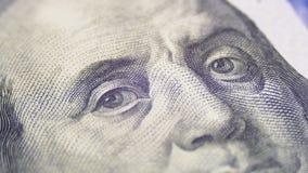 El retrato de presidente Benjamin Franklin en cientos billetes de dólar gira almacen de metraje de vídeo