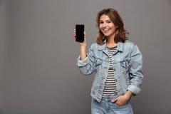 El retrato de un adolescente feliz se vistió en chaqueta del dril de algodón Foto de archivo