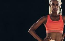 El retrato de un atleta de sexo femenino en aptitud viste foto de archivo libre de regalías
