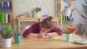 El retrato de un autismo de niño solo o de trastornos mentales el tener, dibuja sentarse almacen de metraje de vídeo