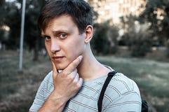 El retrato de un azul joven observó a hombres en el parque Fotos de archivo libres de regalías