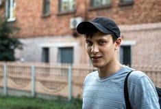 El retrato de un azul joven observó a hombres en el parque imágenes de archivo libres de regalías