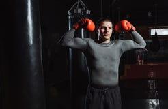 El retrato de un boxeador en el gimnasio, un hombre parece agresivo imagenes de archivo
