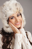El retrato de un brunette joven en invierno arropa Imagen de archivo