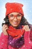 El retrato de un brunette joven en invierno rojo arropa Imagenes de archivo