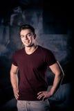 El retrato de un hombre atlético después de hacer ejercita Hombre joven sonriente en la sonrisa del gimnasio Imagen de archivo