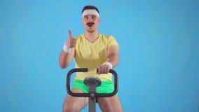 El retrato de un hombre divertido joven a partir de años 80 con un bigote muestra un finger encima de sentarse en una bicicleta e almacen de metraje de vídeo
