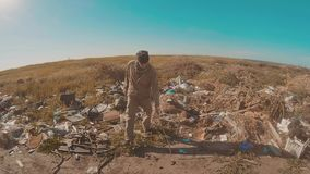 El retrato de un hombre sin hogar en una descarga con caminar va a buscar el vídeo de la cámara lenta de la comida persona destec metrajes