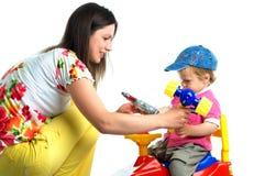 El retrato de un niño pequeño y de su madre Imagen de archivo libre de regalías