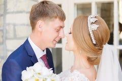 El retrato de un par del recién casado en una boda camina Concepto de un par joven feliz fotografía de archivo libre de regalías