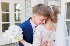 El retrato de un par del recién casado en una boda camina Concepto de un par joven feliz fotos de archivo