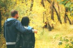 El retrato de un par que camina en un otoño parquea Foto de archivo libre de regalías