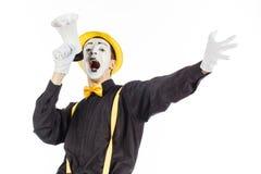 El retrato de un varón imita al artista, gritando o mostrando en un megapho Foto de archivo