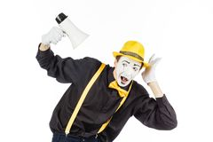 El retrato de un varón imita al artista, gritando o mostrando en un megapho Foto de archivo libre de regalías