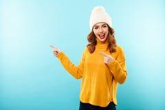El retrato de una chica joven feliz se vistió en ropa del invierno Foto de archivo