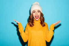El retrato de una chica joven feliz se vistió en ropa del invierno Imagen de archivo