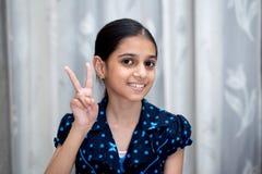 El retrato de una chica joven india sonriente feliz se vistió en azul Fotografía de archivo