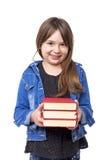 El retrato de una colegiala feliz que lleva a cabo un cierto rojo reserva fotografía de archivo