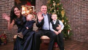 El retrato de una familia, de una madre, de un padre y de hijos felices de la familia, agitando su mano, mirando la cámara, Paren almacen de video