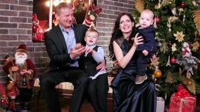 El retrato de una familia feliz, los padres y los niños gastan tiempo juntos, la madre, el padre y a los hijos celebrando Año Nue almacen de video