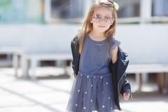 El retrato de una moda que lleva de la niña pequeña adorable viste Foto de archivo