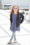 El retrato de una moda que lleva de la niña pequeña adorable viste Imagen de archivo