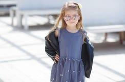 El retrato de una moda que lleva de la niña pequeña adorable viste Fotografía de archivo libre de regalías