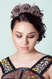El retrato de una muchacha Brunete con el haz del pelo con un delicado compone y una guirnalda en su pelo de rosas negras con las Foto de archivo