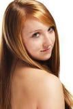 El retrato de una muchacha del redhead que mira sobre ella debe Fotos de archivo