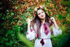El retrato de una muchacha en ucraniano del nationac viste Imagenes de archivo