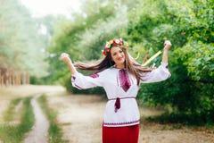 El retrato de una muchacha en ucraniano del nationac viste Fotografía de archivo