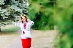 El retrato de una muchacha en ucraniano del nationac viste Fotos de archivo