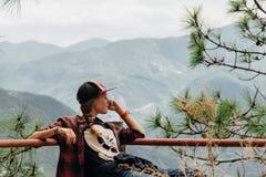 El retrato de una muchacha está mirando Mountain View Foto de archivo libre de regalías