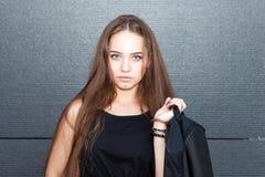 El retrato de una muchacha hermosa en la juventud diseña al aire libre Fotos de archivo libres de regalías