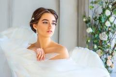 El retrato de una muchacha hermosa envuelta en el ángel blanco se va volando fotos de archivo libres de regalías