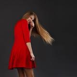 El retrato de una muchacha hermosa joven con los ojos se cerró en un dre rojo Foto de archivo