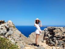 El retrato de una muchacha hermosa joven contra el mar Silueta del hombre de negocios Cowering Crete, Grecia foto de archivo