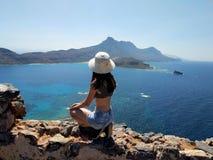 El retrato de una muchacha hermosa joven contra el mar Silueta del hombre de negocios Cowering Crete, Grecia imagen de archivo